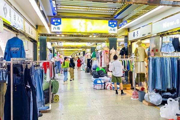 Hàng nhập khẩu quốc tế cũng được nhiều du khách yêu thích