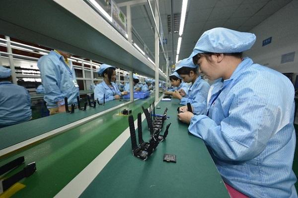 Một xưởng sản xuất điện thoại