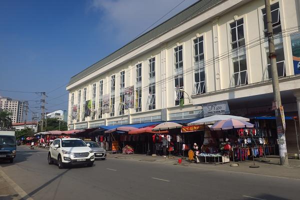 Những sạp quần áo ở tầng 1 chợ Giầu - Bắc Ninh