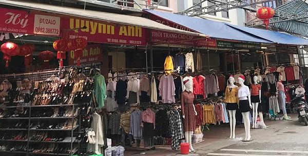 Sạp hàng quần áo tại chợ Ninh Hiệp
