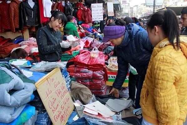 Bán hàng ở chợ đầu mối quần áo miền Bắc