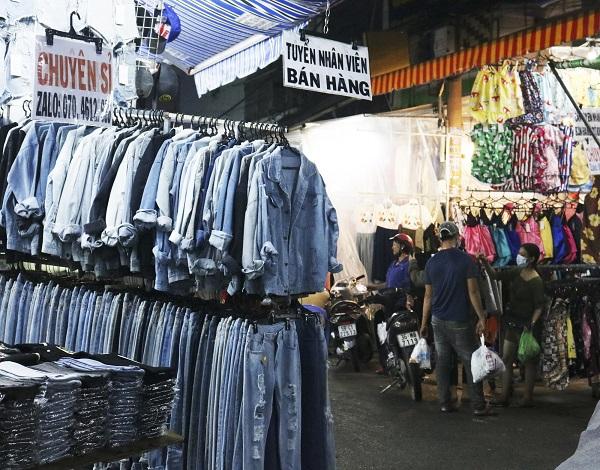 Một sạp bán áo sơ mi tại chợ Hạnh Thông Tây ở Sài Gòn