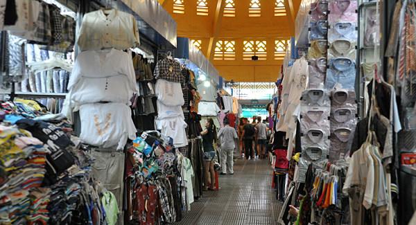 Chợ Rồng thu hút các đầu mối kinh doanh quần áo ở tỉnh Nam Định và khu vực lân cận