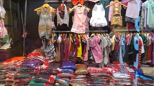 Một quầy bán quần áo trẻ em trong chợ đầu mối Nam Định