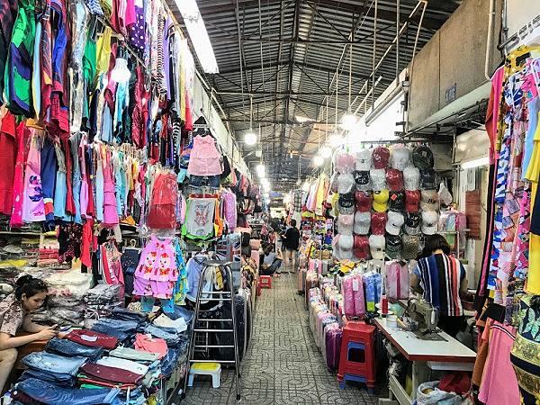 Đến chợ Phạm Văn Hai nên tham khảo nguồn sỉ quần áo hàng thùng
