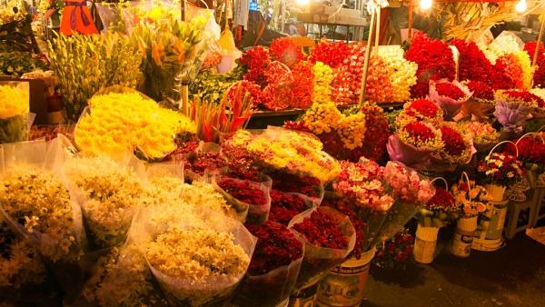 """Các sạp hoa sâu phía trong chợ có giá """"mềm"""" và chất lượng tốt"""