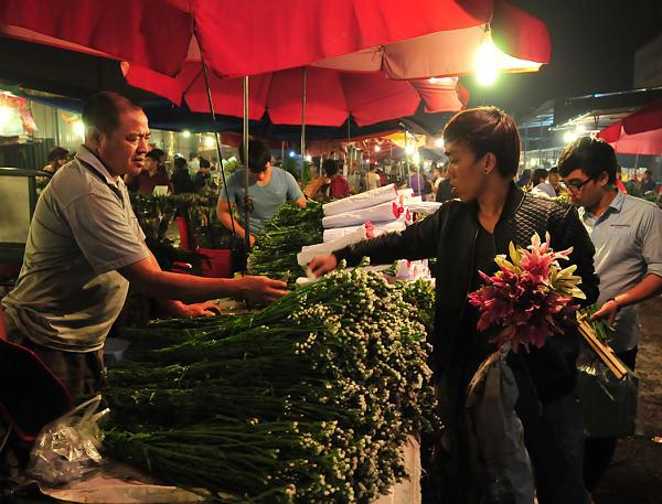 Khung cảnh mua bán tại chợ sỉ hoa Quảng Bá, Hà Nội