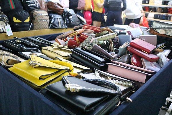 Chợ Hạnh Thông Tây có nguồn túi xách đa dạng