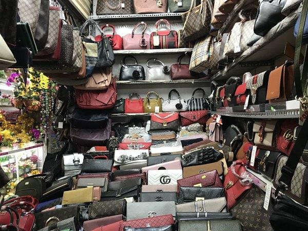 Bên trong một quầy hàng sỉ túi xách ở chợ Ninh Hiệp