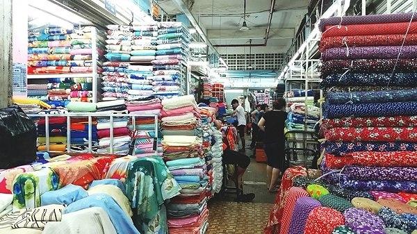 Chợ Tân Đinh chủ yếu bán nhiều sản phẩm vải vóc, may mặc