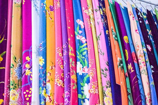 Mặt hàng vải vóc tại chợ rất đa dạng