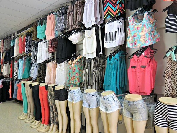 Quần áo chợ Đồng Xuân đa dạng, đẹp mắt