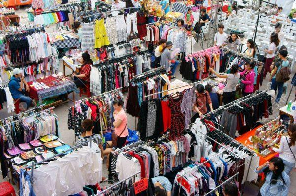 Chợ sỉ truyền thống cũng là nguồn hàng tốt để bán hàng online