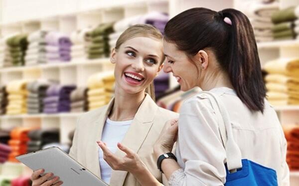 Biết cách lắng nghe và không phân biệt khách hàng