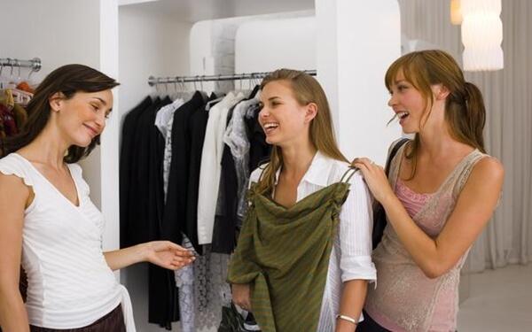 """Cách tư vấn bán hàng quần áo nữ """"rút ví"""" khách hàng hiệu quả"""