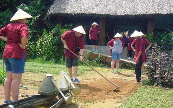 Khách du lịch tham gia hoạt động hằng ngày với người dân