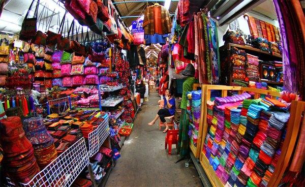 Nhập hàng Trung Quốc tại chợ đầu mối tiết kiệm thời gian công sức cho các chủ shop